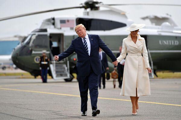 Президент США Дональд Трамп и его супруга Меланья после посещения мероприятия по случаю годовщины высадки в Нормандии