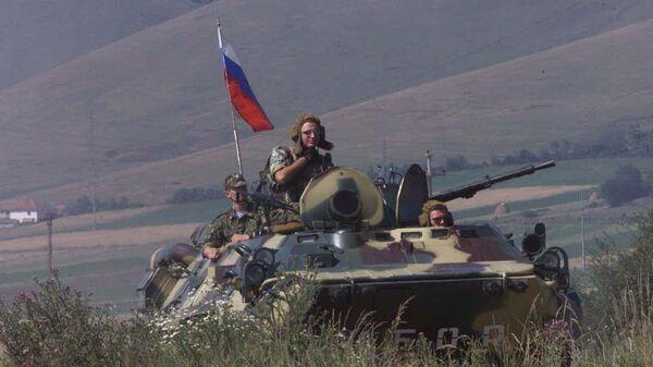 Российские солдаты патрулируют периметр удерживаемого аэропорта Слатина в Приштине. Архивное фото