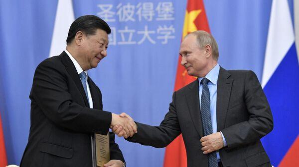 Владимир Путин выступает на церемонии присвоения председателю КНР Си Цзиньпиню степени почетного доктора СПбГУ на полях ПМЭФ-2019
