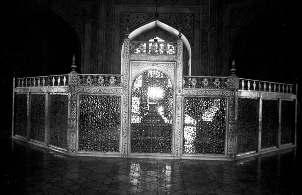 Гробница Мумтаз Махал, жены императора Великих моголов ШахДжахана, в Мавзолее Тадж-Махала. Агра.