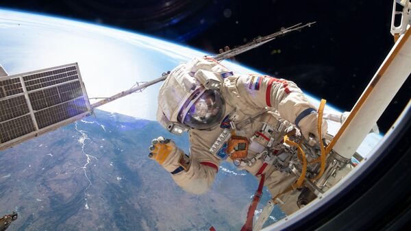 Космонавт Роскосмоса Олег Кононенко во время выхода в открытый космос