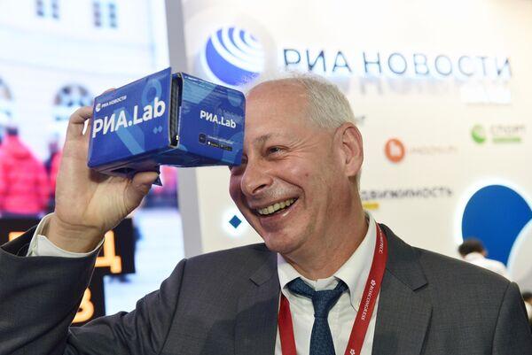 Заместитель министра цифрового развития, связи и массовых коммуникаций РФ Алексей Волин с VR очками на стенде МИА Россия сегодня во второй день ПМЭФ