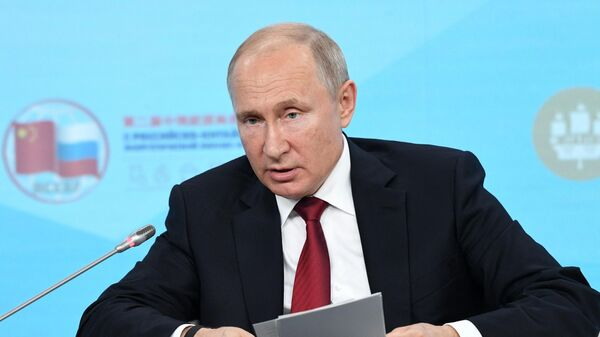 Президент РФ Владимир Путин во время встречи с участниками Российско-китайского энергетического форума на полях ПМЭФ-2019
