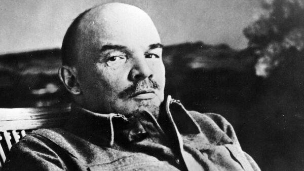 Владимир Ильич Ленин в своем кабинете в Горках. Фрагмент фотографии, сделанной в начале августа 1922 года