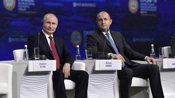 Президент РФ Владимир Путин и президент Болгарии Румен Радев на Петербургском международном экономическом форуме