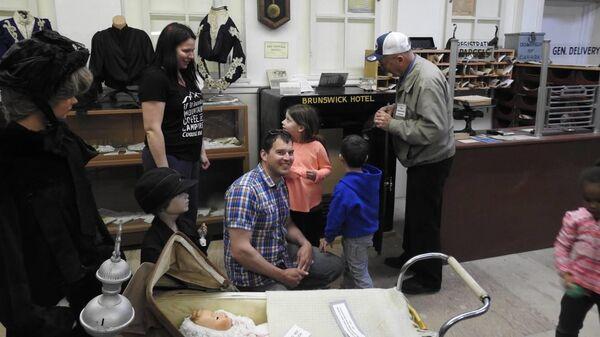 Стивен Миллс с семьей в музее города Вермилион, Канада