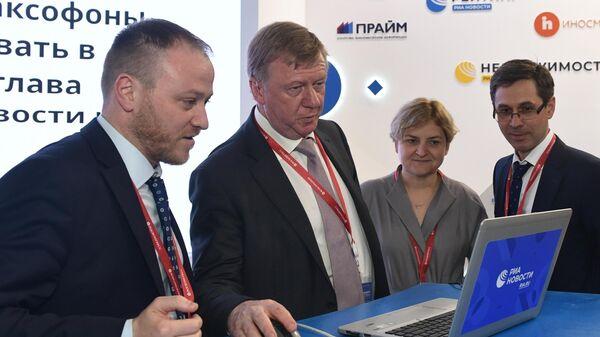 Председатель правления УК Роснано Анатолий Чубайс на стенде МИА Россия сегодня на Петербургском международном экономическом форуме-2019