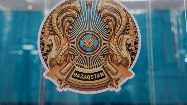 Герб на урне для бюллетеней на внеочередных выборах президента Казахстана в здании Национальной академической библиотеки в Нур-Султане. 9 июня 2019