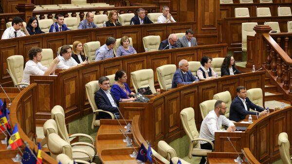 Депутаты на заседании парламента Молдавии в Кишиневе