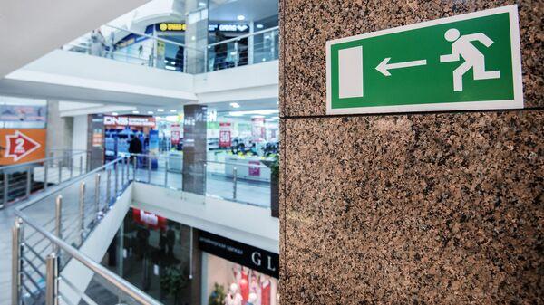 Указатель направления эвакуации при пожаре в помещении торгово-развлекательного центра