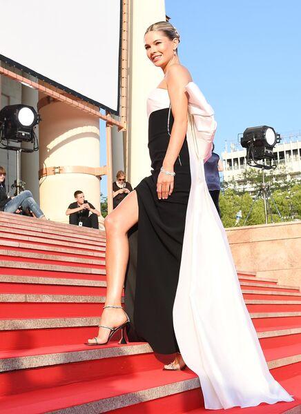 Актриса Наталья Бардо на Звездной дорожке перед началом церемонии открытия XXX Открытого Российского кинофестиваля Кинотавр в Сочи