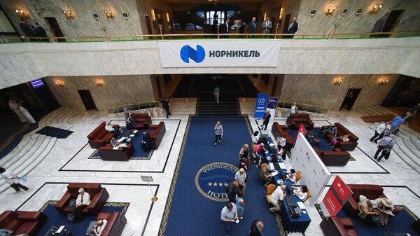 Регистрация участников годового общего собрания акционеров ПАО Горно-металлургическая компания Норильский никель в холле гостиницы Президент-отель