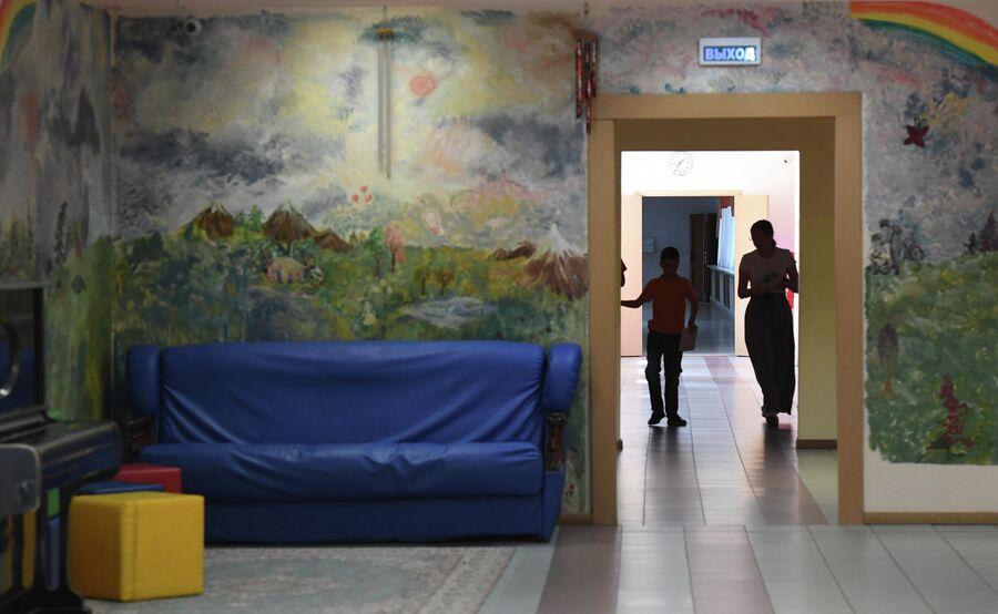 По коридору интерната дети передвигаются только по правой стороне