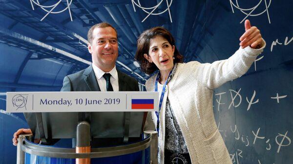 Председатель правительства РФ Дмитрий Медведев во время посещения Европейского центра ядерных исследований (ЦЕРН) в Женеве