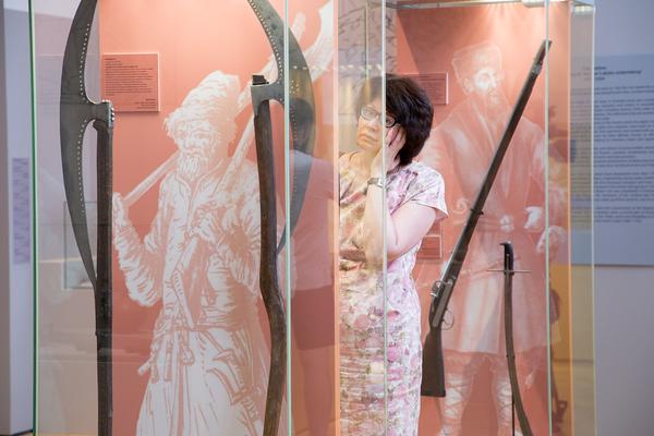 Посетительница выставки 500 лет Тульскому кремлю в Государственном историческом музее