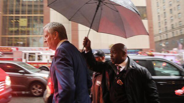 Мэр Нью-Йорка Билл де Блазио на месте столкновения вертолета со зданием