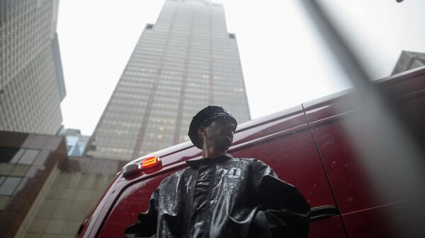 Сотрудник полиции возле места крушения вертолета в Нью-Йорке