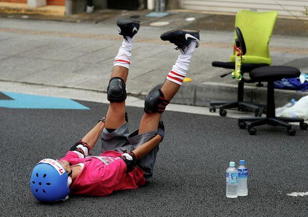Участник соревнования разминается перед гонкой на офисных креслах в Японии