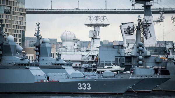 Корветы проекта 20380 Совершенный и Громкий на фоне Золотого моста во Владивостоке