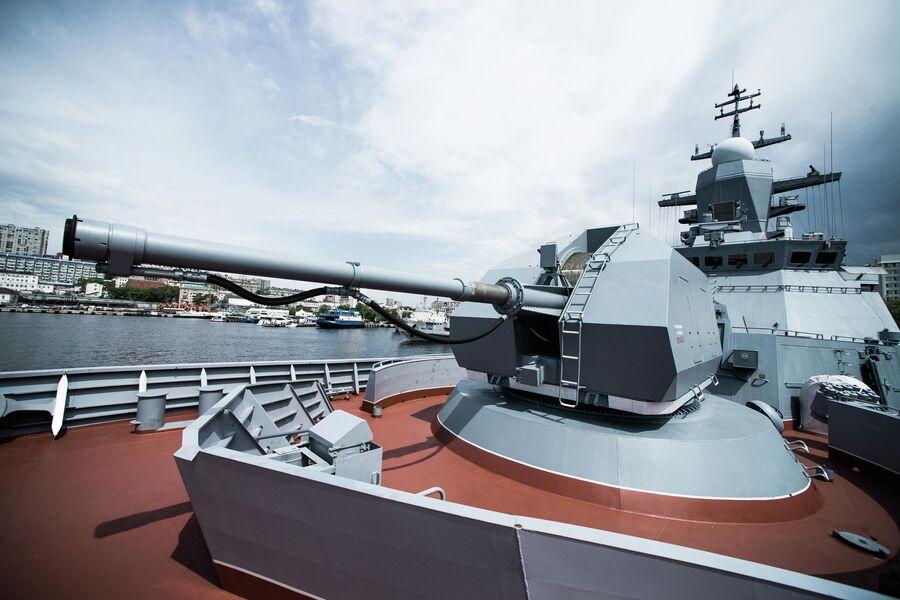 Носовое 100-мм орудие А-190 на баке корвета Совершенный