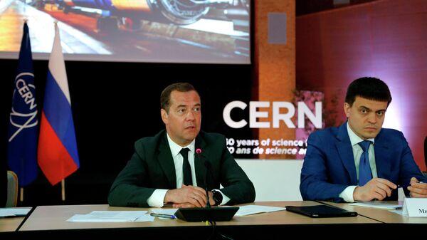 Председатель правительства РФ Дмитрий Медведев и министр науки и высшего образования РФ Михаил Котюков на встрече с российскими учёными, работающими в Европейском центре ядерных исследований (ЦЕРН) в Женеве