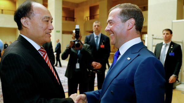 Председатель правительства РФ Дмитрий Медведев и генеральный секретарь Международного союза электросвязи Хоулинь Чжао во время встречи в Женеве. 11 июня 2019