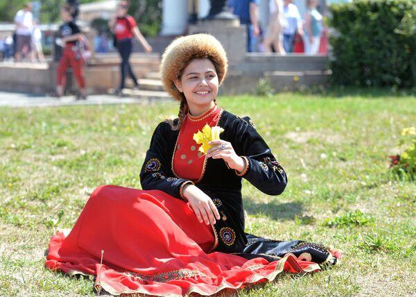 Девушка в национальном костюме на праздновании Дня России в Челябинске