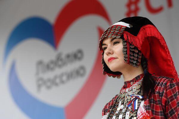 Девушка в национальном костюме на праздновании Дня России в парке им. М. Горького в Казани