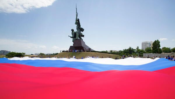 Флаг Российской Федерации на площадке перед памятником Солдат и Матрос в Севастополе. 12 июня 2019