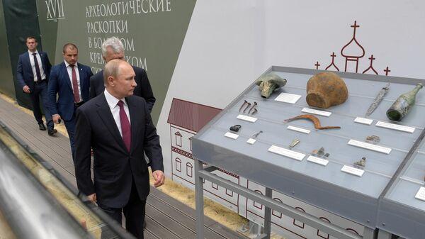 Владимир Путин на месте новых археологических раскопок в Большом Кремлёвском сквере. 12 июня 2019