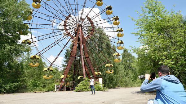 Туристы во время экскурсии в зону отчуждения Чернобыльской атомной электростанции (ЧАЭС)