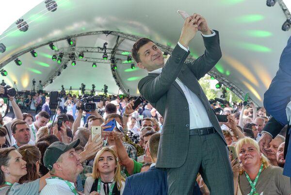 Президент Украины Владимир Зеленский делает селфи на первом съезде своей партии Слуга народа в Киеве