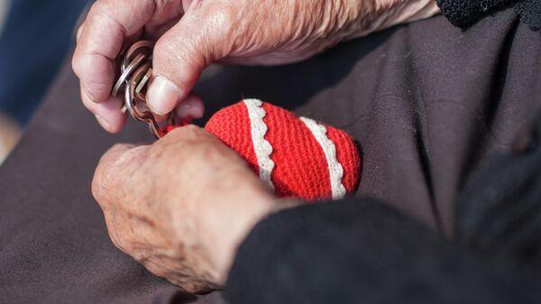 Пожилая женщина с ключами