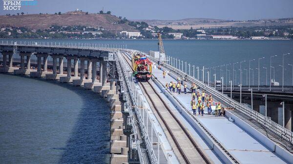 Стыковка рельсов на первом пути железнодорожной части Крымского моста