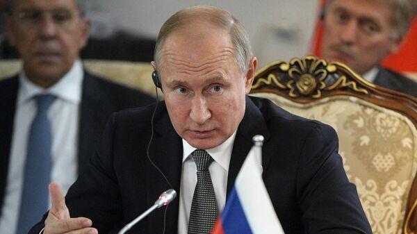 Президент РФ Владимир Путин во время встречи с председателем КНР Си Цзиньпинем и президентом Монголии Халтмаагийном Баттулгой на полях саммита ШОС