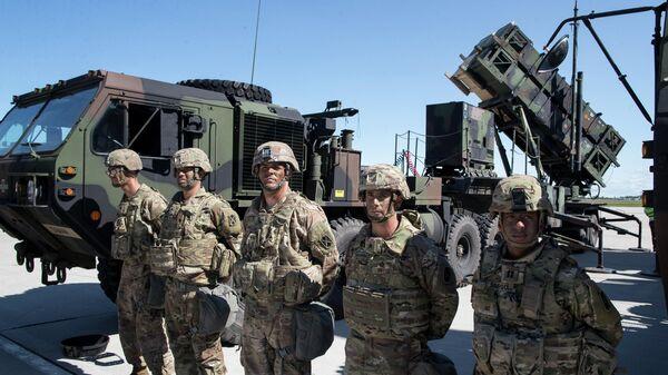 Солдаты армии США рядом с  батареей Патриот во время учений по развертыванию ракетной системы дальнего действия США Патриот в Литве