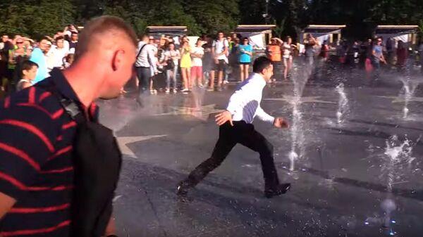 Зеленский пробежал через работающий фонтан в Мариуполе
