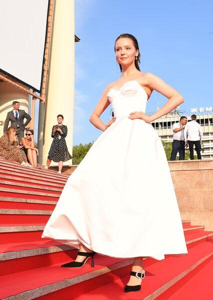 Актриса Юлия Хлынина на Звездной дорожке перед церемонией закрытия 30-го Открытого фестиваля российского кино Кинотавр.