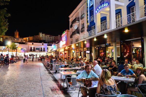 Бары на пешеходной улице в городе Албуфейра. Алгарви, Португалия
