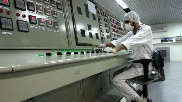 Иранский техник работает на предприятии по переработке урана