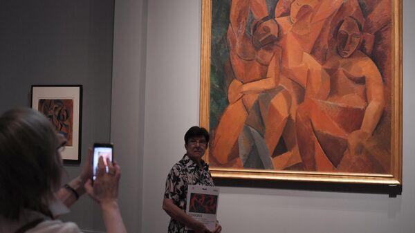 Посетительницы у картины Пабло Пикассо Три женщины