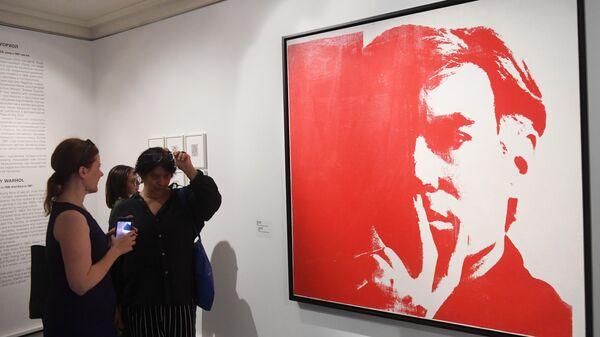 Посетительницы у картины Энди Уорхола Автопортрет на выставке Коллекция Fondation Louis Vuitton. Избранное в ГМИИ
