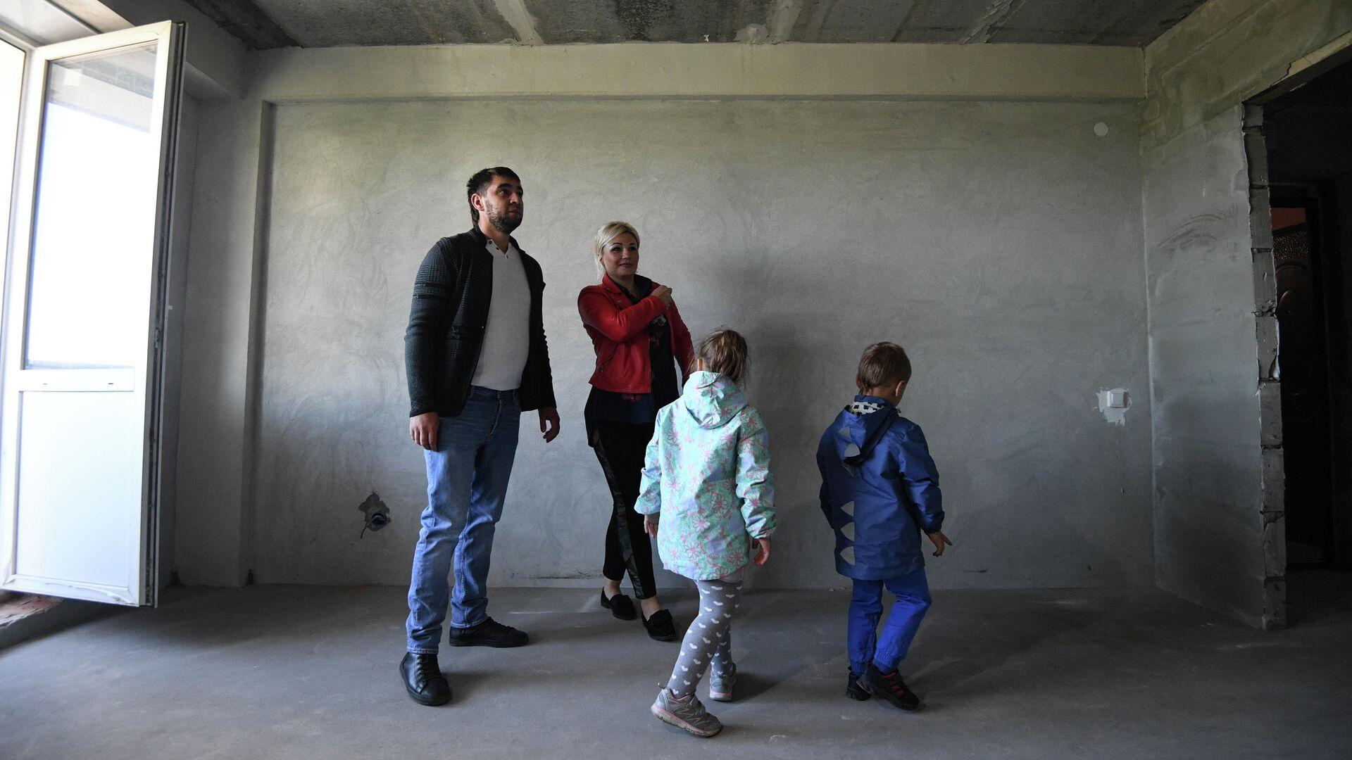 Семья осматривает квартиру нового дома - РИА Новости, 1920, 02.02.2021