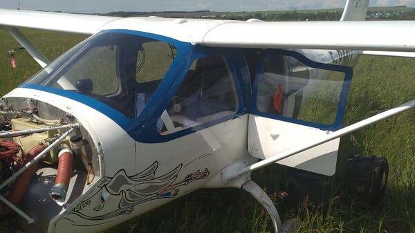 Легкомоторный самолет удачно сел в башкирском поле после проблем с двигателем. 19 июня 2019