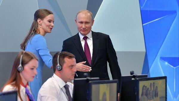 Президент РФ Владимир Путин перед началом ежегодной специальной программы Прямая линия с Владимиром Путиным