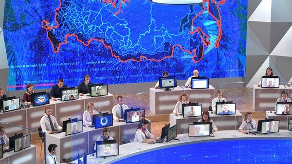 Сотрудники колл-центра во время ежегодной специальной программы Прямая линия с Владимиром Путиным