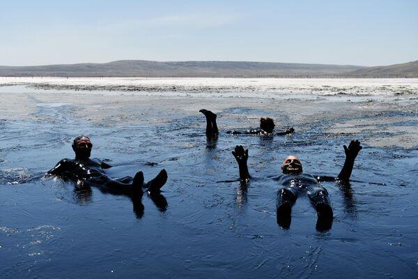 Отдыхающие принимают грязевые ванны на Чокракском озере в Крыму