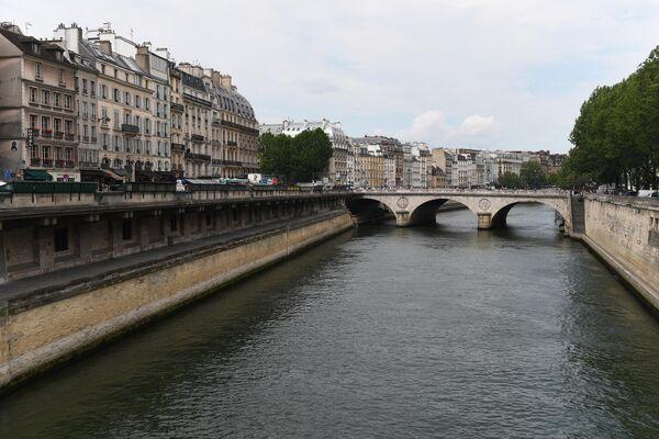 Каменный мост Сен-Мишель, соединяющий площадь Сен-Мишель c островом Сите в Париже