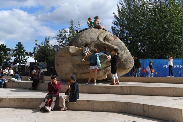 Скульптура Слушатель в парке Ле-Аль в Париже