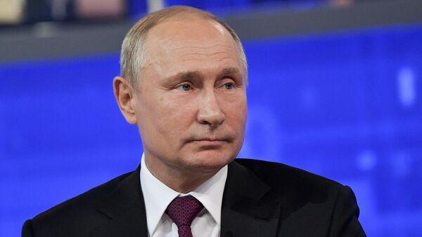 Президент РФ Владимир Путин отвечает на вопросы россиян во время ежегодной прямой линии. 20 июня 2019